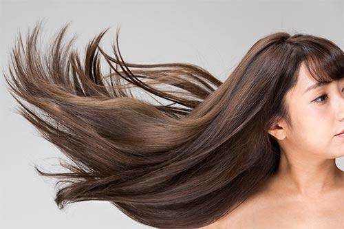 風になびく髪